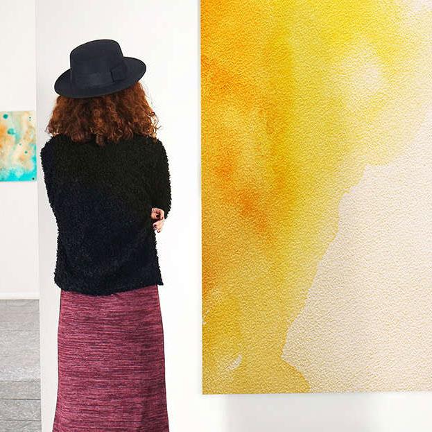 femme contemplant une oeuvre d'art
